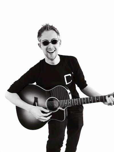 Jeffrey Mulder met zwembril die een akoestische gitaar bespeeld
