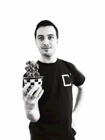 Alex Lisenkov met een kleine cactus in zijn hand