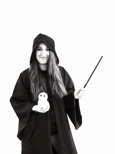 Melissa Mackaaij in tovenaar kostuum, met uil en toverstaf