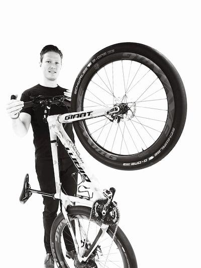 Ramon Tromp maakt een wheelie met zijn strandfiets